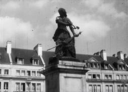 La statue de Jeanne Hachette à Beauvais (1957) / un film 16 mm tourné par Robert Lemaire (Collection Archipop)